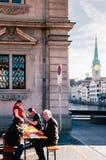 Almuerzo al aire libre en la ciudad vieja Altstadt de Zurich fotografía de archivo libre de regalías