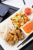 Almuerzo asiático rápido del estilo en oficina Fotografía de archivo
