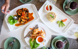 Almuerzo, cangrejo Fried Rice, mejillones picantes, pollo frito y arroz en la tabla Imagen de archivo libre de regalías