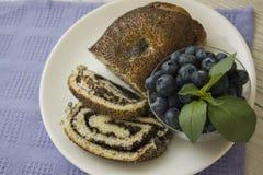Almuerzo con las semillas de amapola milhojas y arándano Fotos de archivo libres de regalías