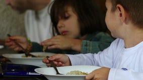 Almuerzo de And Brother Eating de la hermana almacen de metraje de vídeo