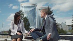 Almuerzo de negocios del aire libre del hombre y de la mujer almacen de video