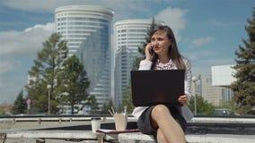 Almuerzo de negocios del aire libre ocupado de la mujer joven almacen de metraje de vídeo