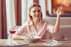 Almuerzo de negocios en el restaurante Fotos de archivo libres de regalías
