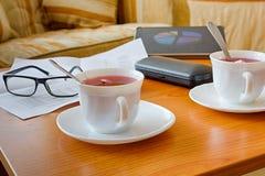 Almuerzo de negocios en la tabla y la taza de madera de té Fotografía de archivo