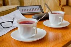 Almuerzo de negocios en la tabla y la taza de madera de té Fotografía de archivo libre de regalías