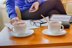 Almuerzo de negocios en la tabla y la taza de madera de té Fotos de archivo