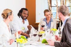 Almuerzo de negocios en restaurante con la comida y el vino Fotografía de archivo