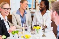 Almuerzo de negocios en restaurante con la comida y el vino Foto de archivo