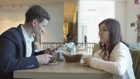 Almuerzo de negocios para un hombre y una mujer en un café almacen de metraje de vídeo
