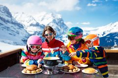 Almuerzo del esquí de los apres de la familia en montañas Diversión de esquí fotografía de archivo