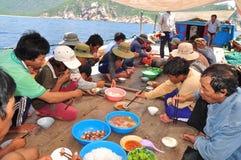 Almuerzo del pescador en el barco de pesca del atún en el mar de la bahía de Nha Trang Fotografía de archivo