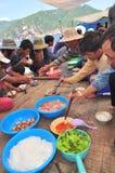 Almuerzo del pescador en el barco de pesca del atún en el mar de la bahía de Nha Trang Foto de archivo libre de regalías