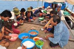 Almuerzo del pescador en el barco de pesca del atún en el mar de la bahía de Nha Trang Foto de archivo