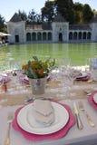 Almuerzo en la piscina al aire libre de la terraza, ajuste de la tabla Fotografía de archivo libre de regalías
