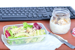 Almuerzo en su escritorio en el trabajo Consumición sana Foto de archivo