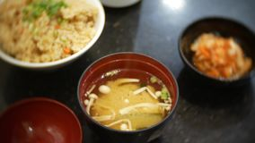 Almuerzo en un restaurante chino sopa caliente con las setas, el arroz y una ensalada picante 4k, primer metrajes