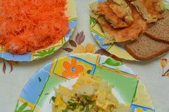 Almuerzo en una tabla de cocina Imágenes de archivo libres de regalías