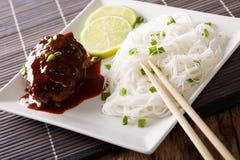 Almuerzo japonés: filete o hambagu de Hamburgo con noo de la salsa y del arroz Imagen de archivo