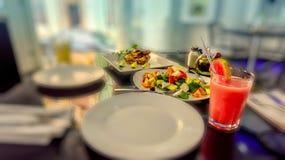 Almuerzo ligero con el pollo, y jugo de papaya con la ensalada vegetal Fotografía de archivo