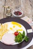 Almuerzo o desayuno caluroso delicioso en la placa Fotos de archivo