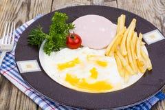 Almuerzo o desayuno caluroso delicioso en la placa Foto de archivo libre de regalías