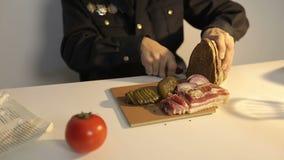 Almuerzo para un policía joven: pan, carne, manteca de cerdo, cebolla, pepino conservado en vinagre, tomate almacen de video