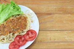 Almuerzo, pastas con la salsa de la carne, tomates frescos rojos Fotos de archivo libres de regalías