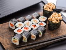 Almuerzo rápido del sushi en la oficina Fotografía de archivo