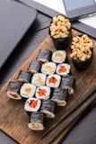 Almuerzo rápido del sushi en la oficina Imágenes de archivo libres de regalías