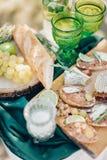 Almuerzo romántico con dos vidrios verdes Imágenes de archivo libres de regalías