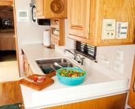 Almuerzo sano en cocina de rv fotos de archivo