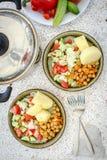 Almuerzo vegetariano con la patata y la ensalada Fotos de archivo