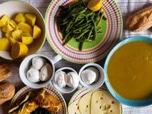 Almuerzo vegetariano italiano con los productos locales Foto de archivo libre de regalías