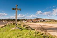 Alnmouth-Dorf und hölzernes Kreuz stockbild