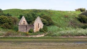 ALNMOUTH NORTHUMBERLAND/UK - 14 DE AGOSTO: Ruinas de Chape mortuorio fotos de archivo libres de regalías