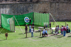 ALNWICK CASTLE, NORTHUMBERLAND/UK - AUGUST 19 : Archery demonstr Royalty Free Stock Photos