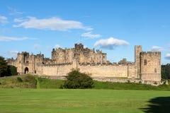 ALNWICK NORTHUMBERLAND/UK - AUGUSTI 19: Sikt av slotten i A Royaltyfri Foto