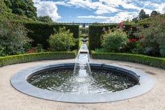 ALNWICK NORTHUMBERLAND/UK - AUGUSTI 19: Vattensärdrag i Alnwic royaltyfria bilder