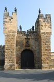 Alnwick-Schlosseingang Gatehouse, Northumberland, England Lizenzfreies Stockbild
