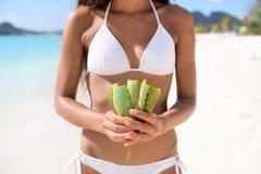 Aloés Vera - mulher que mostra a planta para cuidados com a pele Imagens de Stock