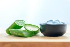 Aloe χυμός της Βέρα στο κύπελλο με τα φρέσκα aloe φύλλα της Βέρα Στοκ φωτογραφία με δικαίωμα ελεύθερης χρήσης