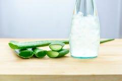 Aloe χυμός της Βέρα στο μπουκάλι με τα φρέσκα aloe φύλλα της Βέρα Στοκ Εικόνες
