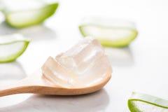 Aloe affettato e gel di vera dell'aloe sul cucchiaio di legno Fotografia Stock