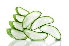 Aloe affettato Vera su fondo bianco Immagini Stock