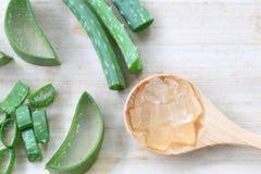 Aloe fresco affettato Vera sul pavimento di legno Fotografia Stock
