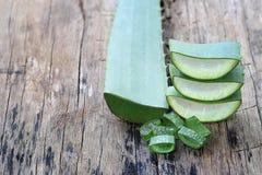 Aloe fresco affettato Vera sul pavimento di legno Fotografia Stock Libera da Diritti