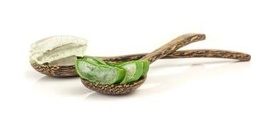 Aloe fresco vera della fetta e gel sul cucchiaio di legno su bianco Fotografie Stock Libere da Diritti