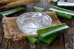 Aloe fresco vera e gel su di legno Fotografia Stock Libera da Diritti