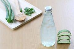 Aloe fresco vera e gelatina in bottiglia di vetro disposta su un flo di legno Immagini Stock Libere da Diritti